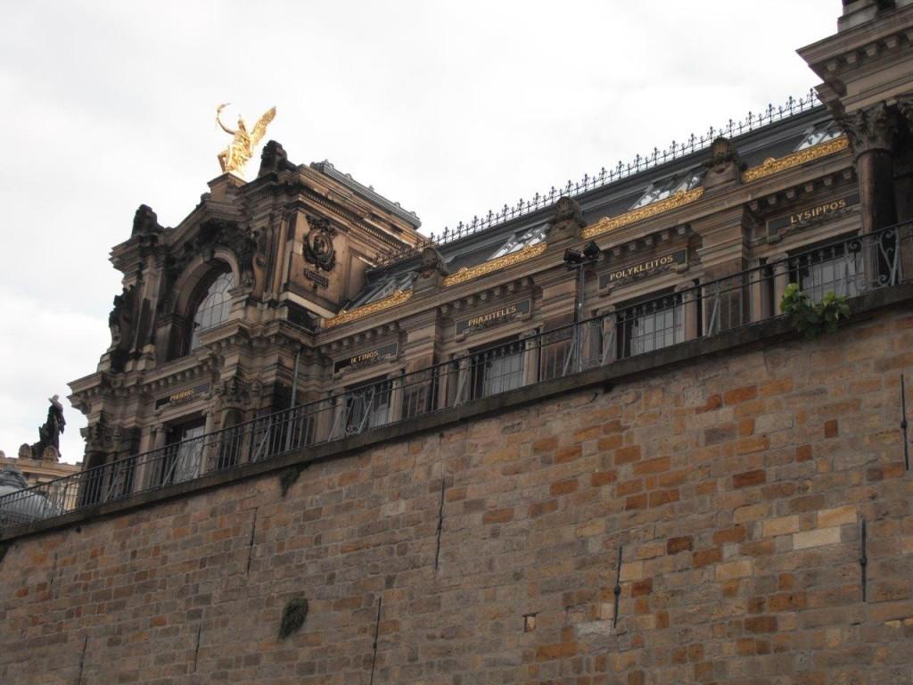Blick vom Terrassenufer hinauf zum Albertinum: berühmte Namen
