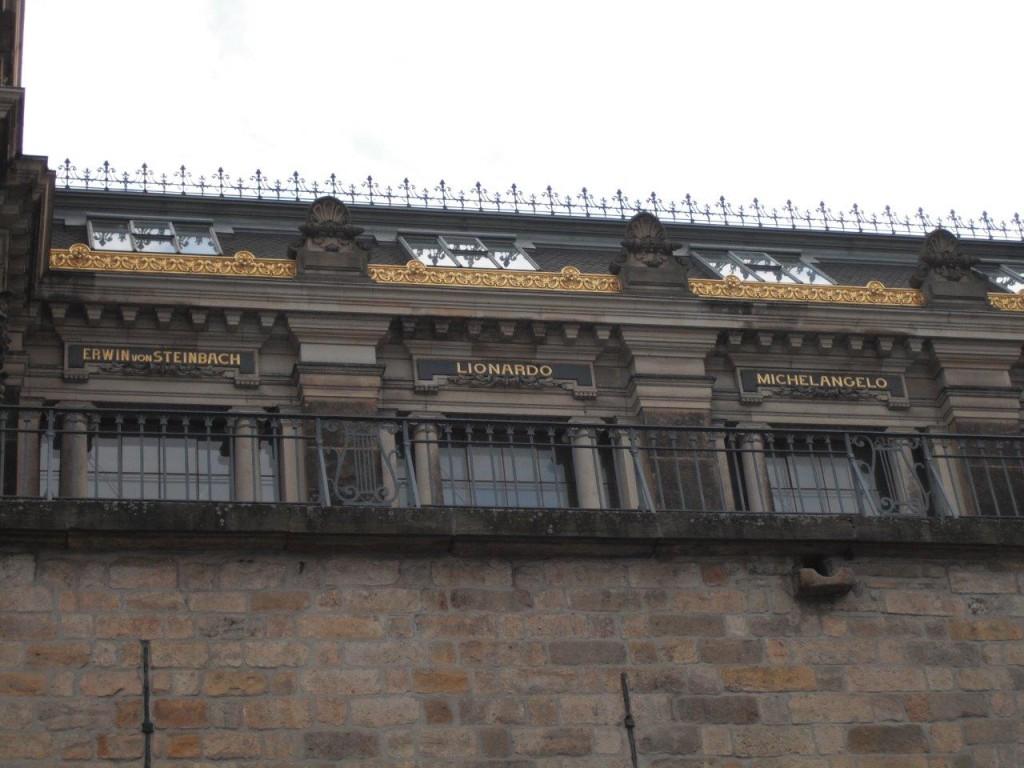 Albertinum: berühmte Namen zieren das Gebäude: Erwin von Steinbach, Lionardo, Michelangelo