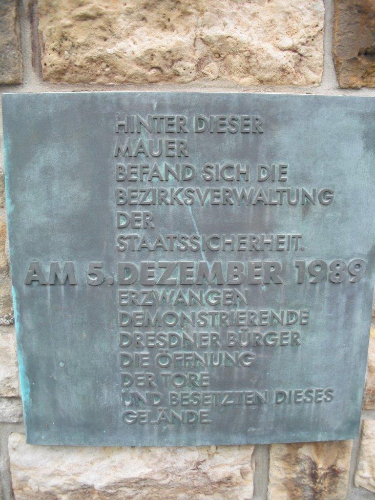 Gedenktafel an einem Original-Mauerstück der früheren MfS-Bezirksverwaltung; heute: Gedenkstätte Bautzner Straße, Dresden