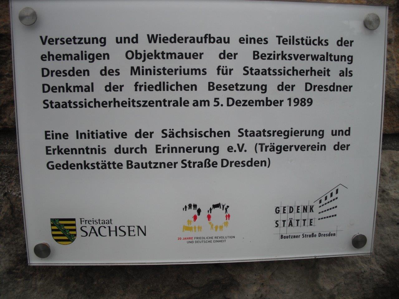 Tafel an der Mauer der früheren Bezirksverwaltung Dresden des Ministeriums für Staatssicherheit; heute: Gedenkstätte Bautzner Straße, Dresden