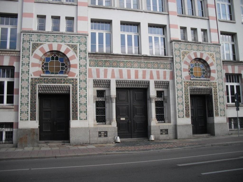 Yenidze, Dresden: Auch die Eingänge sind prunkvoll gestaltet