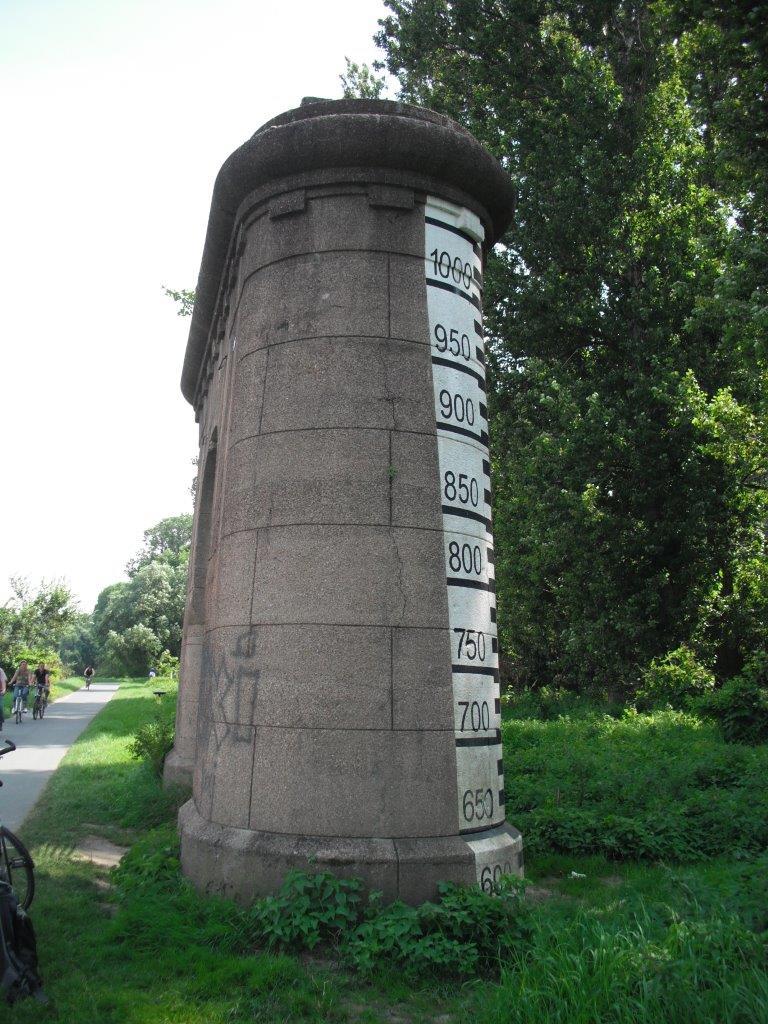 Pegelmeßstein am Elberadeweg zwischen Dresden und Pirna, linkselbisch