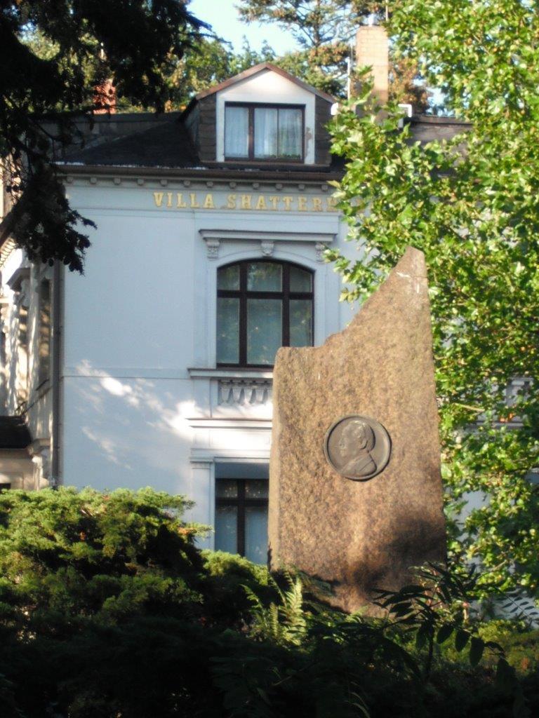 Blick vom Karl-May-Hain auf eine Gedenktafel und die Villa Shatterhand; Radebeul bei Dresden