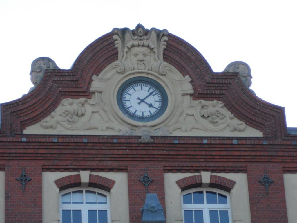 Risaer Straße 7, Uhr über dem Haupteingang; BStU Außenstelle