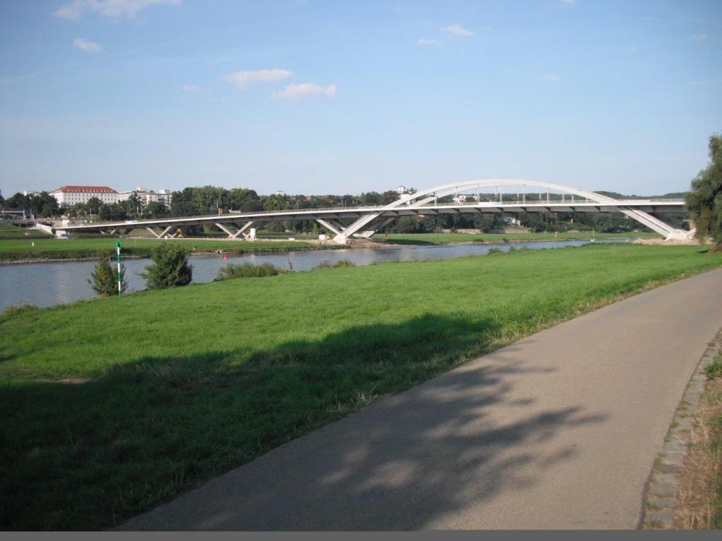 Waldschlösschenbrücke im August 2013, kurz vor Eröffnung