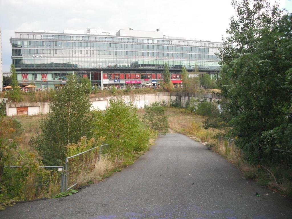 Weg ins Wiener Loch, Blick auf ein Fitness-Studio