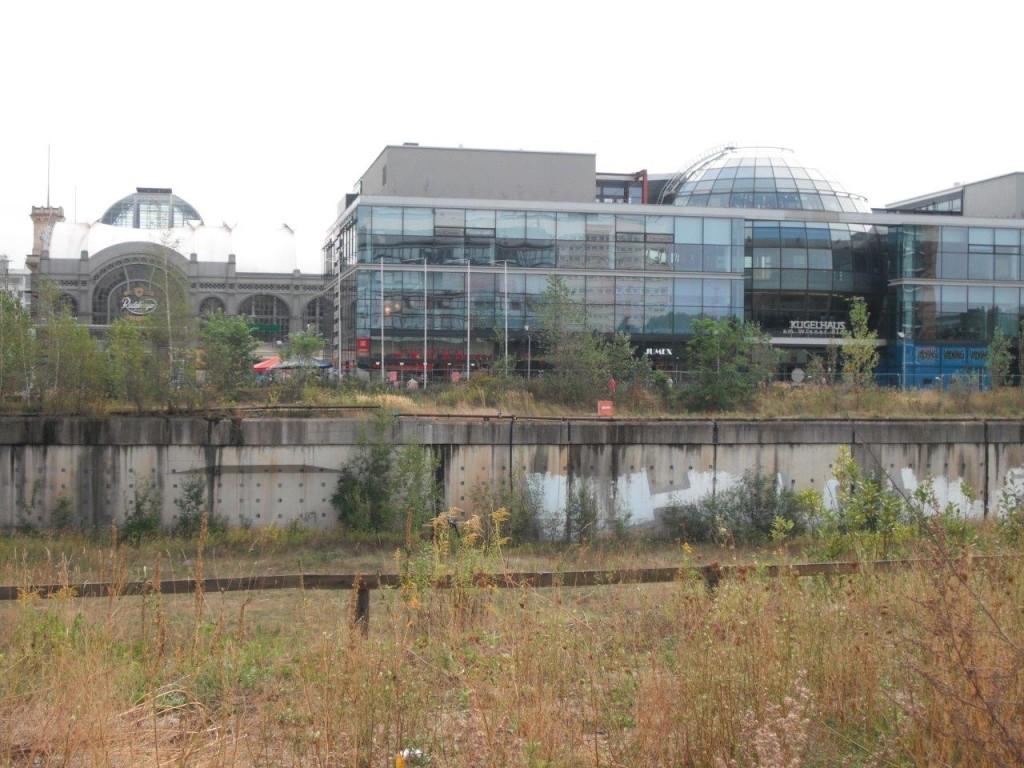 Wiener Loch, Blick auf Hauptbahnhof und Kugelhaus