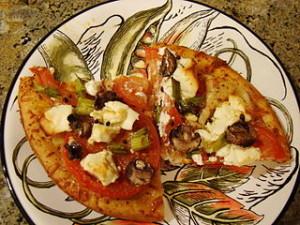 Maismehl-Pizza mit Reis-Mozzarella, Tomate, Lauch, Tofu Feta und Pilzen